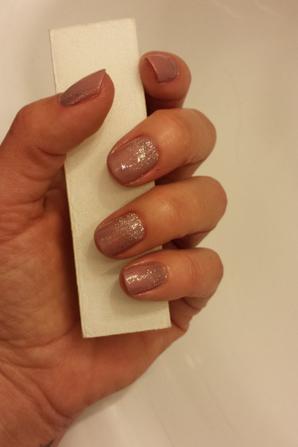 petite session vernis à ongles, paillettes et strass