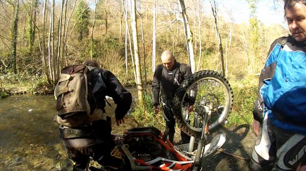 Grosse sortie de 140km, Marc qui a couché sa moto dans la rivière hahaha
