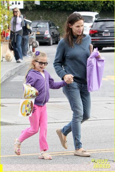 Violet va dejeuner a Brentwood avec sa maman Jennifer...