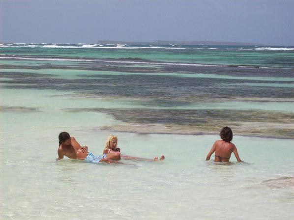 a la plage, avec le couple Elena et Aeron, je vous aime faire