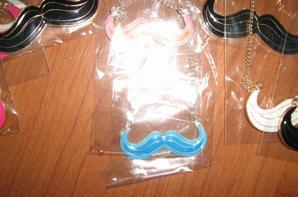 Collier moustache plaquer or ou argent 2.50 euros pièces.