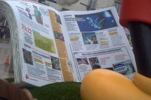Mickey lisant le journal de Mickey sur sa coccinelle