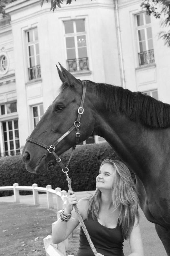 """""""Certaines personnes m'ont dit qu'un cheval ne pouvait pas être aussi important qu'un humain aux yeux d'un autre autre humain. Laisser moi en douter. Avez vous un seul amis qui n'est jamais jouer avec vos sentiments ? Qui vous ai toujours écouter sans jamais vous juger ? Qui a toujours su vous prouvez son affection au moments ou vous en aviez besoin ? Qui ne s'est jamais plein de votre humeur de vos retard ou de vos pleurs ?  Avez vous un seul amis qui vous ai toujours tout pardonné, qui a affronté ses pires craites juste pour vous faire plaisir ? je crois que vous n'aurez jamais plus fidèle amis qu'un cheval qui vous a donné sa confiance. Il ne vous mentira jamais, ne vous trahira jamais. Si vous êtes honnête et juste avec lui, il vous accueillera avec bonheur à n'importe quelle heure du jour ou de la nuit.  Un êttre humain pourait-il vous offri tout cela ?  Un cheval, le cheval de votre vie, vous fera mal une fois, une seul fois ! & se sera le jour ou vous devrez le laisser partir ! ♥"""