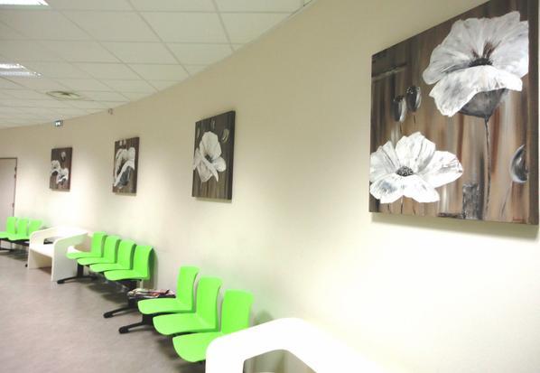 La salle d'attente et sa nouvelle déco....un ensemble de 4 toiles 80 x 80,  réalisé avec Céline
