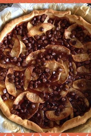 Tarte aux pommes sur confiture d'abricot et pépites de chocolat