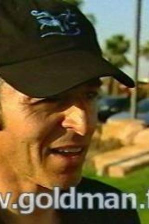 J'ai remarqué que JJG porte souvent des casquettes. Ici 2 de la tournée Rouge et 1 de la tournée Un tour ensemble