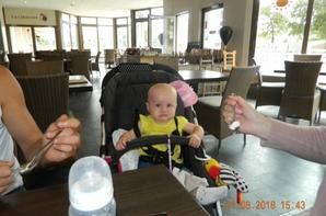 mon fils  benjamin et elyana résto avec papa
