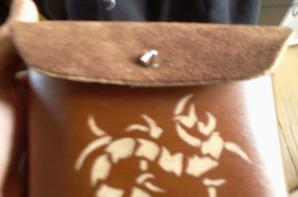 bracelet, bourse et étui en cuir