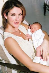 .  En février 2001 : Céline présente son fils René-Charles au monde entier.    Bienvenue sur Terre RC ♥[/font=Arial]    .