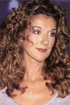 .  10/01/1999 :  Céline était aux People's choice awards   Un vrai top, j'aime ses cheveux, sa tenue, toute en simplicité  ♥ [/font=Arial]    .