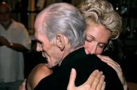 .   30/11/2003 : Céline nous apprenait le décès de son père en pleins show.   Le coeur brisé par sa tristesse.[/font=Arial]    .