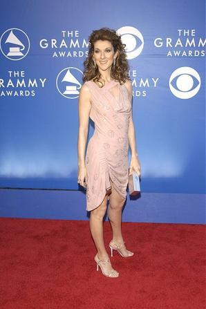 .  27/02/2002 : Céline remettait un prix aux Grammy Awards   Céline fait son retour dans le monde de la musique![/font=Arial]    .