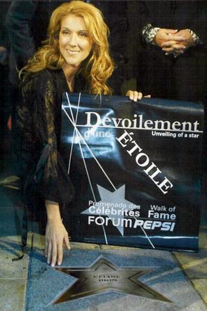 .   26/09/2002 :  Céline découvre son étoile à Montréal ♥   Une belle fierté.[/font=Arial]    .
