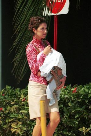 .  18/04/2001 : Céline était de sortie avec son bébé ♥   Une maman protectrice[/font=Arial]    .