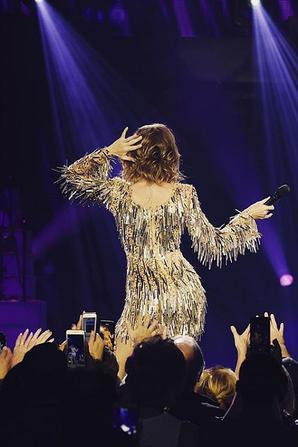 .  30/12/2017 : Céline est de retour sur la scène du Colosseum au Caesars Palace ! Céline avait fait une pause, à cause de ses problèmes de dos. Elle reprend les shows, après du repos.  .