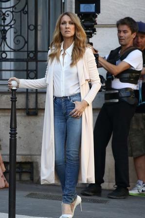 .  Zoom Mode : Céline aime la mode et a relativement changé son look au fil des années  Voici 4 looks de 2016, qu'en pensez-vous  .