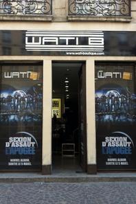 wati b est moi devant la boutique wati b