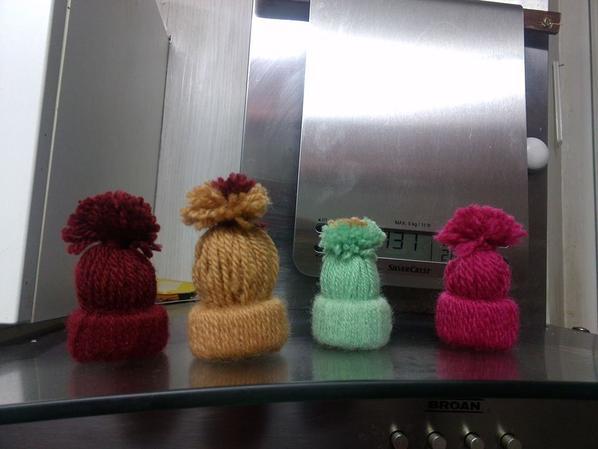 bonnet fait avec de la laine et rouleau