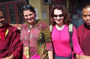 Aide d'un village après le tremblement de terre au Népal