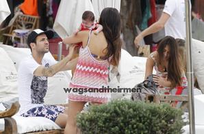 Antonella Roccuzzo, Thiago Messi, Daniella Semaan, Cesc Fabregas et Lia Fabregas a Ibiza le 4/07