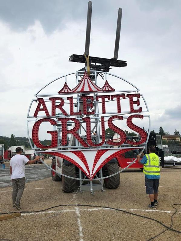 la nouvelle enseigne installée sur le nouveau chapiteau ARLETTE GRUSS !!!!