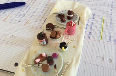 Une table de petit dejeuner avec pot de nutella realiste