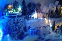 Mon village de Noel 2013,3 mètres 5O de long sur 60 et 70 cm de large,10 jours de boulots mais sa vaut le coup,c'est tellement beau