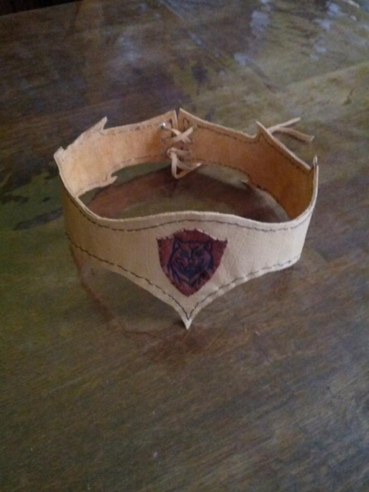 bracelets,couronne et arbalete medieval