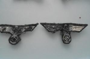 ensemble d insignes demontés de sur des lambeaux de vestes