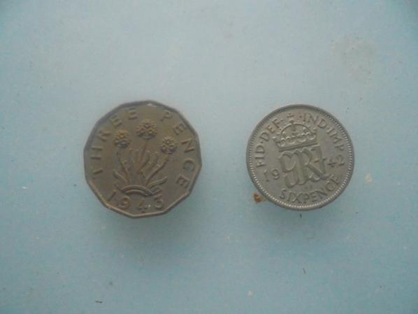 2pieces de monnaie anglaise ww2