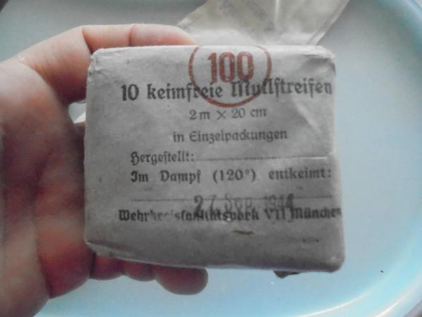 pot de vaseline allemande et paquet de compresses