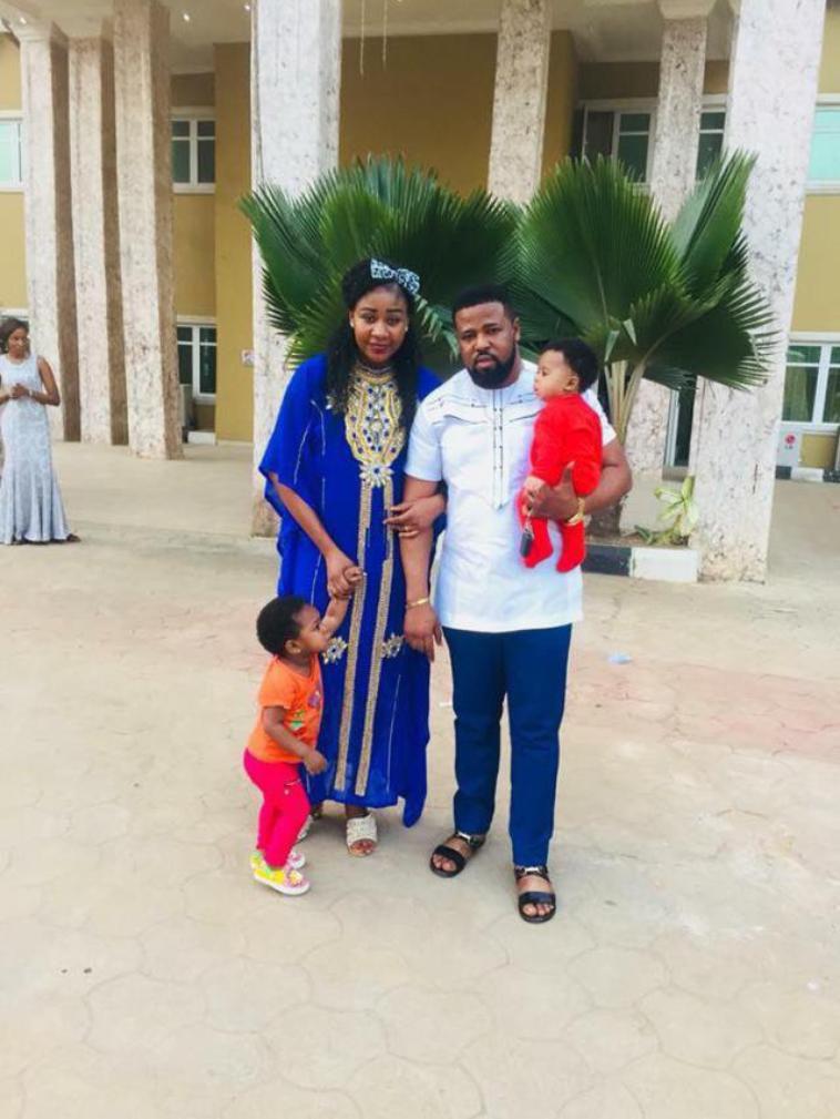 L'homme raconte comment il a fait son mariage le jour où il a rencontré sa femme pour la première fois