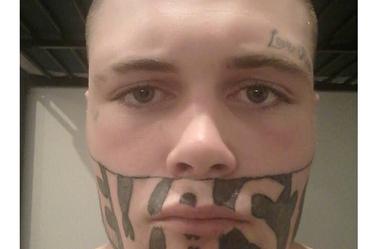 On lui a refusé un emploi à cause du tatouage. Maintenant, Mark commence une nouvelle étape