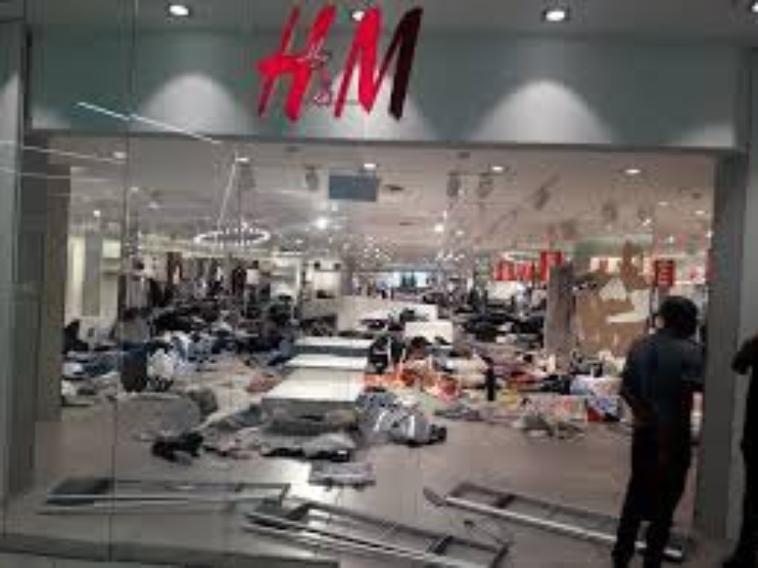 Les Sud-Africains vandalisent les boutiques H & M au cours d'une récente publicité «singe» (Photos / vidéo)