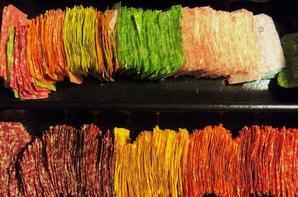 robe realisée avec plus de 10 000 papiers de bonbon par Emily Seihamer