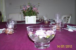 La décoration florale, 3 bouquets simples achetés et le reste avec de la lavande et quelques tiges du jardin, du lierre et de la mousse.