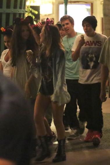 Une autre photos de Selena hier à Disneyland avec ses amis, Austin Mahone et Emblem3