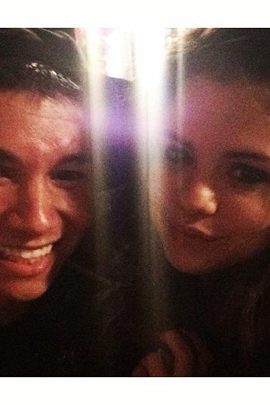 Selena posant avec des fans apres son concert