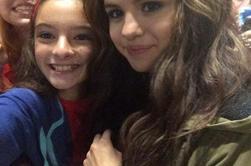 Selena posant avec des fans après son concert