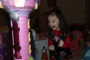 Et voila le cadeau, de te voir sourire comme ça, qu'est ce qu'on était heureux ton beau père et moi :)