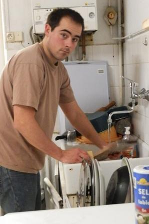Pris en flag entrain de faire la vaisselle !