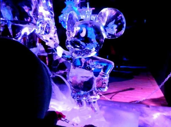 Mickey nous accueil, Mulan devant/derrière, le chateau de la Reine de Coeur, les Cartes, Fée Clochette, Alice, le Chapelier fou et le Lièvre