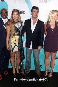 """15/05/12 : Demi a assisté à la soirée de la chaîne FOX pour """"X-Factor"""" à New York, avec ses nouveaux collègues. Demi a été officiellement déclarée membre du jury de X-Factor, aux côtés de Britney Spears, Simon Cowell et L.A. Reid ! *"""