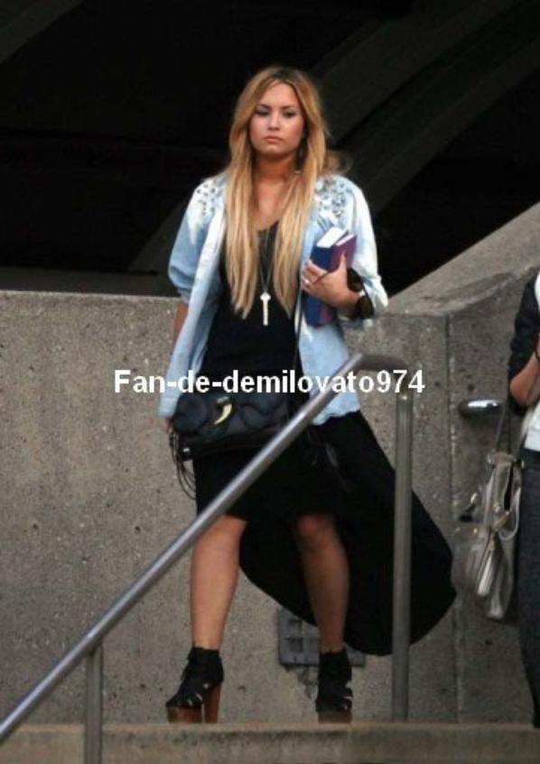 27/05/2012 : Demi Lovato a été aperçue dans la matinée, quittant la villa d'une amie à elle dans Beverly Hills.