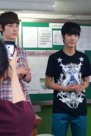 Quelques photos récentes des NU'EST en Thaïlande venant de leur Twitter.