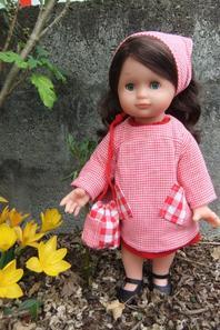 Emilie a mis la tenue d'écolière d'août 2004