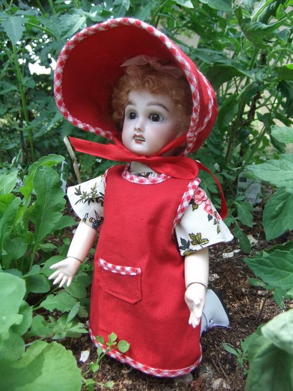 Bleuette a mis son joli tablier pour jardiner!