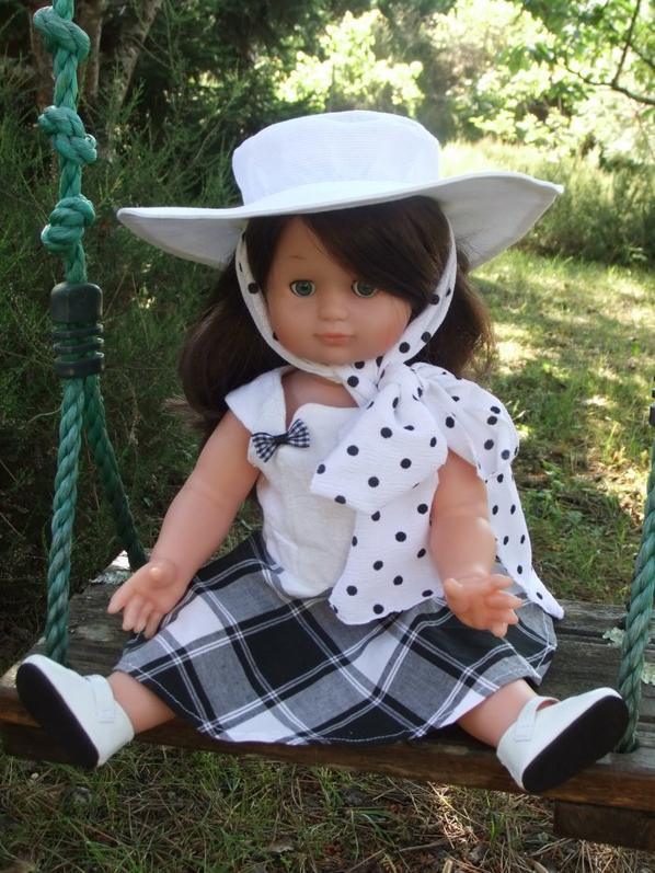Capeline et robe blanche et noire pour Emilie!