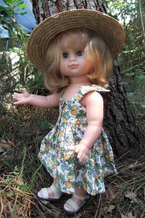 Il fait chaud et Emilie a remis une petite robe légère et son chapeau!