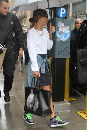 Le 29 Avril 2013:            Rihanna quitte son hôtel à New York